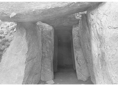 柱のような岩が丸い岩を支えているような形をしている岩戸山4号古墳(下茶屋古墳)の写真